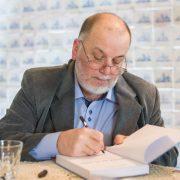 Adam Hałat podpisuje książkę