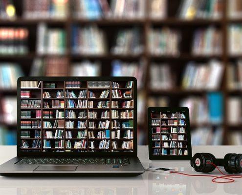 Zdjęcie książek i laptopa